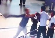 """Có nên phạt """"soái ca"""" cứu nữ nhân viên sân bay bị 2 người đàn ông """"bắt nạt""""?"""
