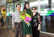 Hoa khôi áo dài Diệu Ngọc giản dị ôm chặt cha mẹ