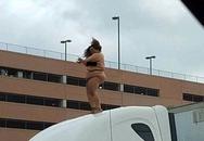 Người phụ nữ trần truồng nhảy múa, gây ách tắc tại Texas, Mỹ
