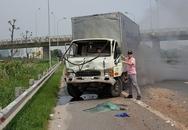 Dân cạy cửa cứu tài xế kẹt trong cabin xe tải sau tai nạn