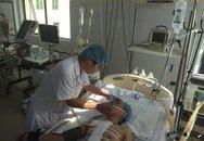 """Phẫu thuật """"dã chiến"""" ngay tại cáng cho bệnh nhân bị đâm thấu tim"""
