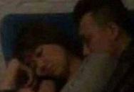 Lộ ảnh Hari - Trấn Thành ôm nhau ngủ trong rạp phim