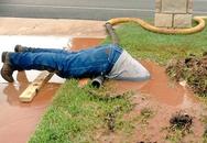 Nhân viên Mỹ vục mặt trong bùn sửa đường ống nước