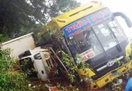 Ôtô khách chở hơn 20 người lật đè xe tải