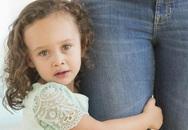 Bố mẹ nên làm gì khi con quá bám người giúp việc