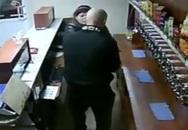 Nữ bán hàng thách cướp cầm súng AK 'giỏi thì bắn đi'