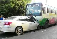 Ôtô 4 chỗ chui vào gầm xe buýt, nữ tài xế thoát chết
