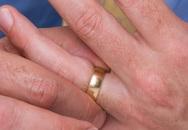 Nhập viện vì nghịch dại nhét 'của quý' vào nhẫn cưới