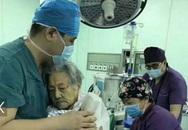 Ôm bệnh nhân 102 tuổi suốt ca phẫu thuật, bác sĩ Trung Quốc gây xúc động mạnh