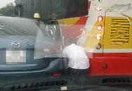 Cố bon chen, người phụ nữ mắc kẹt giữa 2 xe ô tô ngay giữa đường
