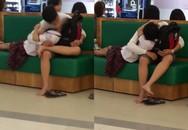 """Cặp đôi mặc đồng phục học sinh diễn """"cảnh nóng"""" giữa trung tâm thương mại"""