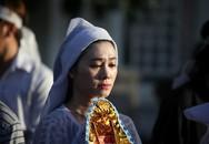 Con gái NSND Thanh Tòng nghẹn ngào trong đám tang cha