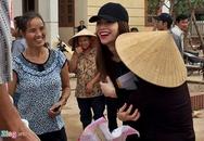 Người dân Quảng Bình ôm chầm Hồ Ngọc Hà vì xúc động