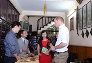 Hoàng tử Anh William uống cà phê trên phố cổ Hà Nội