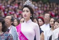 Hoa hậu Đỗ Mỹ Linh tóc xoăn bồng bềnh dự lễ khai giảng với sinh viên Ngoại thương