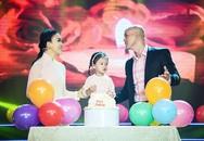 Vợ con lên sân khấu hát cùng Phan Đinh Tùng