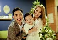 Con trai Khánh Thi hớn hở chụp ảnh Giáng sinh