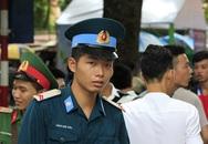 Nhiều chiến sĩ mặc quân phục phòng không đi thi THPT Quốc gia