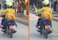 Thót tim cảnh bà mẹ chở hai con trên xe máy vẫn vô tư chụp ảnh tự sướng