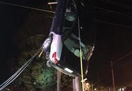 Thót tim màn giải cứu ô tô mắc trên... dây điện