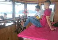 Hành khách hú vía vì lái tàu bằng... chân trên Vịnh Hạ Long