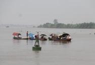 Huy động nhiều thuyền máy tìm kiếm 2 học sinh chết đuối trên sông Hồng