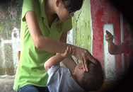 Bé tử vong vì mắc dây chuyền: Cho đeo trang sức, bố mẹ vô tình hại con
