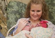 Kỳ lạ cặp song sinh chào đời cách nhau hơn 5 tuần