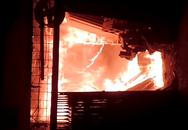 """""""Bà hỏa"""" thiêu rụi xưởng gỗ lúc nửa đêm"""