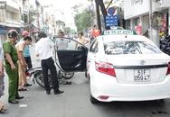 Taxi bất ngờ mở cửa khiến cô gái trẻ đứt gân chân gào thét giữa đường