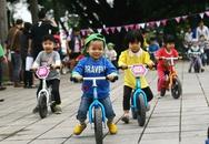 Trẻ em thích thú với loại xe tập thăng bằng