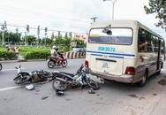 Xe máy đâm vào đuôi ô tô, 4 người nguy kịch
