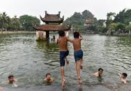 Trẻ em Hà Nội tắm giải nhiệt ở ao làng nghìn năm