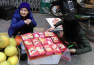 Hà Nội: Tết buồn của cụ bà 80 tuổi bán lì xì trên phố