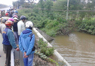 Phát hiện thi thể nam thanh niên mặc áo mưa nổi trên kênh