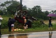 Xe khách mất lái, lật úp bên vệ đường, nhiều người bị thương