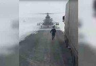 Đáp trực thăng quân sự xuống cao tốc để hỏi đường