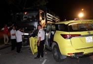 Đà Nẵng: Taxi va chạm với xe tải, tài xế mắc kẹt trong cabin