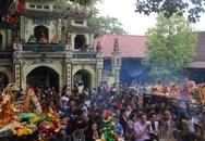 """Hàng vạn người đổ về Bắc Ninh """"vay tiền"""" Bà Chúa Kho"""