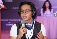 MC The Face Việt bị chỉ trích khi ngồi lên bàn ở họp báo