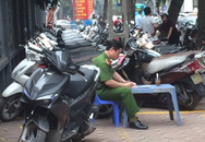 """Hà Nội: Ai """"bảo kê"""" cho bãi giữ xe trên vỉa hè bủa vây chùa Vân Hồ?"""