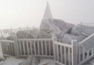 Băng đóng dày trên đỉnh Fansipan