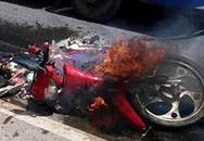 Bị ôtô tải tông, xe máy chở 2 mẹ con cháy dữ dội
