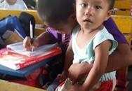 Không muốn bỏ học, cậu bé nghèo bế em tới lớp
