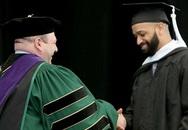 Chàng trai Mỹ tốt nghiệp thạc sĩ sau nhiều năm làm lao công