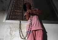 Đằng sau hình ảnh bé gái 13 tuổi bị xích tay ở trong phòng là câu chuyện đau thương