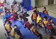Cô giáo mầm non giằng co, lột áo khoác, lôi tay học sinh xềnh xệch trong lớp học