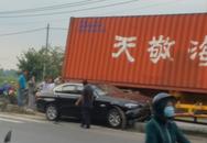 Container mất lái kéo lê ô tô hơn 30 mét, 3 người trên xe hoảng loạn kêu cứu