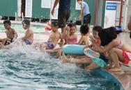 Lỗ hổng nguy hiểm khi  phụ huynh cho con đi học bơi