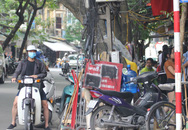 """Phố cổ Hà Nội: Bãi trông xe """"đè"""" lên luật"""